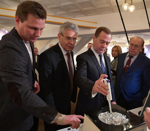 D.A. Medvedev fabricates perovskite film according to technology developed in the laboratory